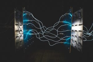 Photo de transformateurs avec des arcs électriques pour illustrer les dérives de consommation énergétiques